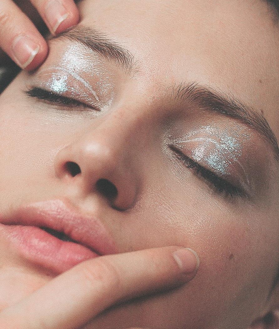 Primissimo piano di modella con trucco occhi glitter effetto bagnato, fotografia analogica con Mamiya RZ67 medio formato