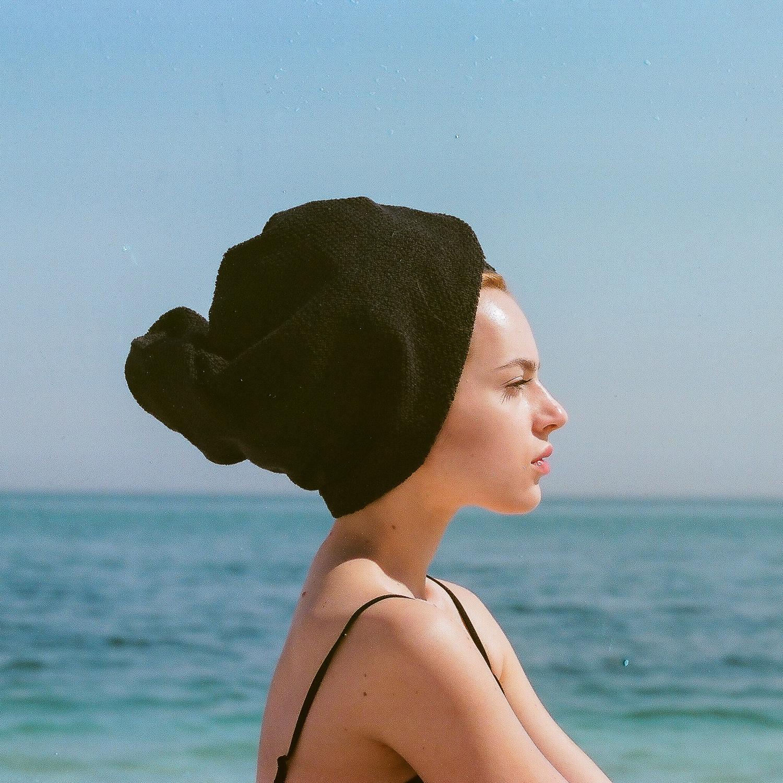 Profilo di modella con asciugamano turbante, di fronte al mare, fotografia di moda, analogica